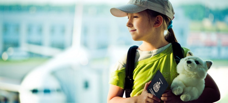 Kid travelling alone at the airport